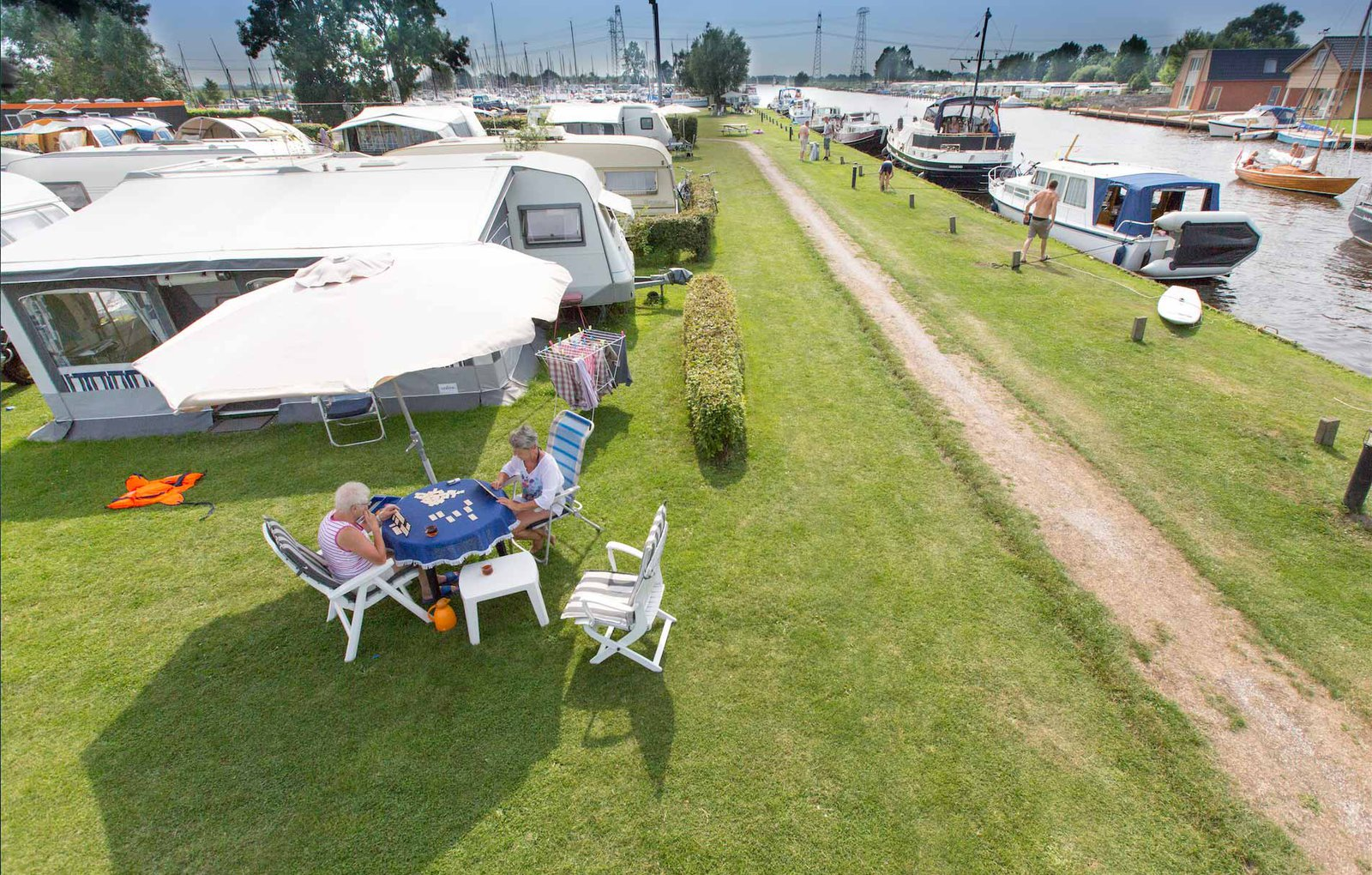Camping Friesland is kamperen aan het water met caravan of tent